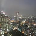 写真: 霧雨をまとう街に