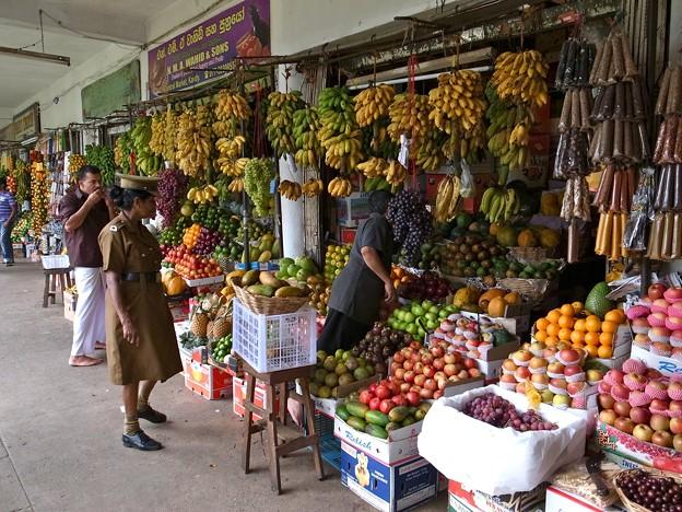 果物売ってます。
