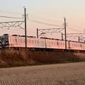 夕陽に染まる東武6050系