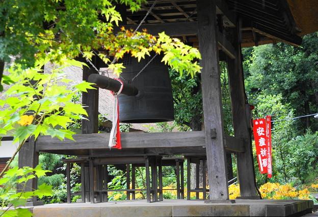 rs-160915_17_鐘楼と黄色い曼珠沙華・SL(西方寺) (2)