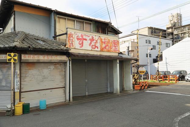 開店前の食料品店