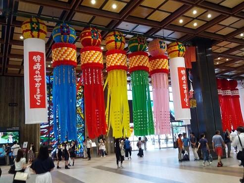 七夕飾り(2016年8月2日撮影、JR仙台駅にて)