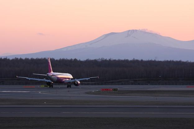 暮れ行く樽前山とPeach A320