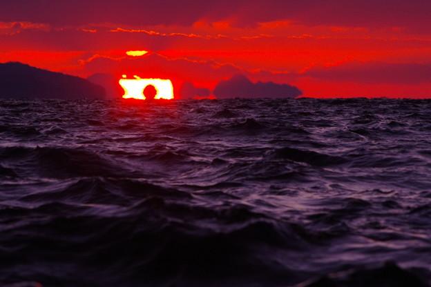 沈む夕陽に海坊主