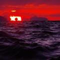 写真: 沈む夕陽に海坊主