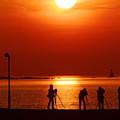 写真: ダルマ夕陽を待つ