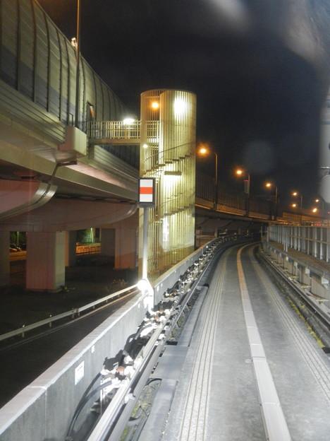 首都高速道路の避難路(横浜シーサイドラインの車窓から)