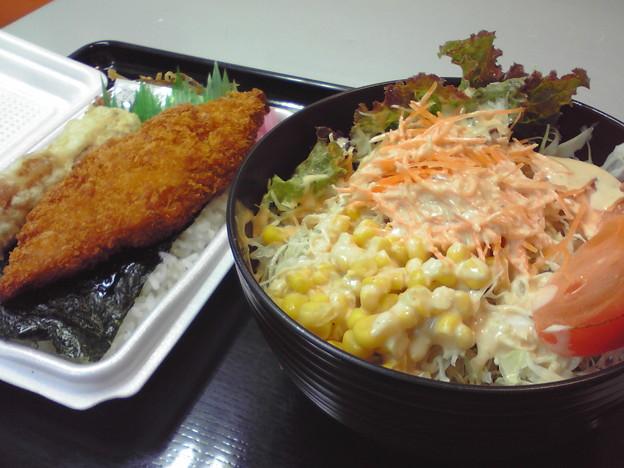 のり弁当300円と丼サラダ240円(^_^)v