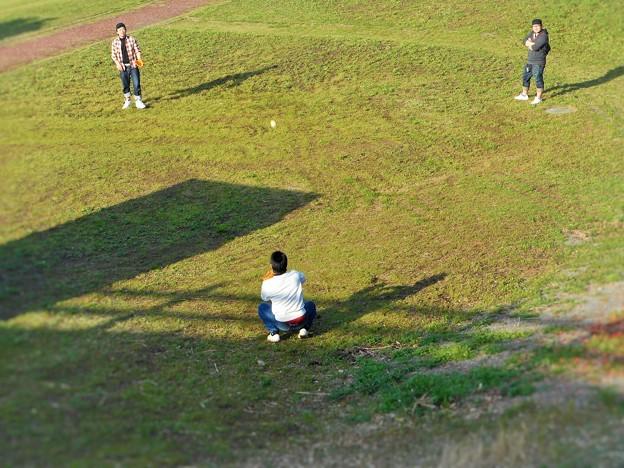 ボールは放物線を描いて!!週末の草野球は楽し~♪