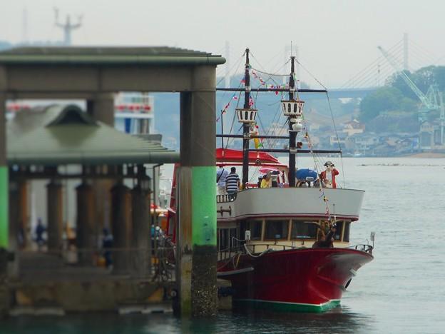 小雨に煙る駅前埠頭に 海賊船現る ♪