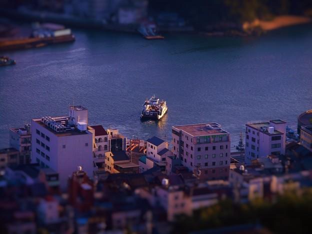 10月27日の 夕暮れの海と小型フェリー
