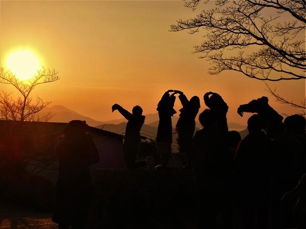 Photos: 若者たちの人文字パフォーマンス「奉納 初日の出2017」 in 千光寺山山頂