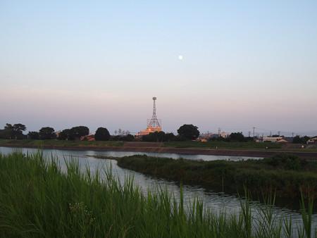 鉄塔と小望月