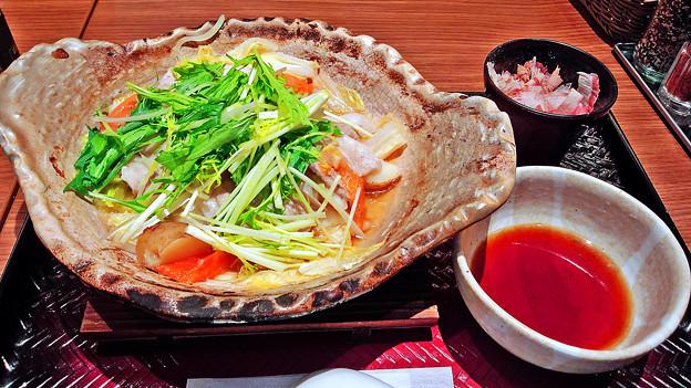 大戸屋 ( 成増 )  四元豚とたっぷり野菜の蒸し鍋 (単品)