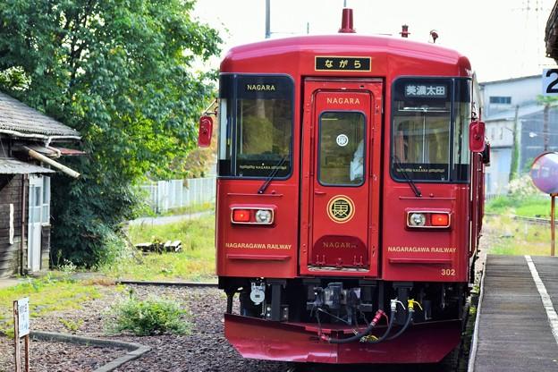 写真: 観光列車ながら 美濃駅にて
