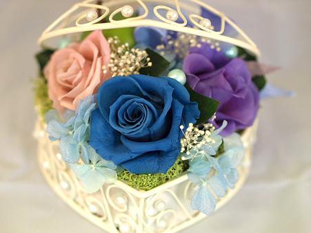 青いバラのバスケット