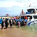 写真: 島への高速艇、ジャブジャブと乗りこみます