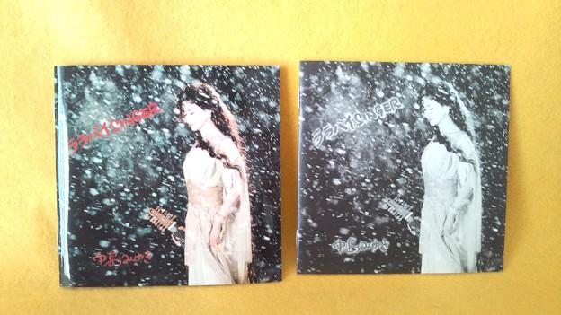 左側が日本語歌詞カード、右側が英語歌詞カード。二つ入っています。