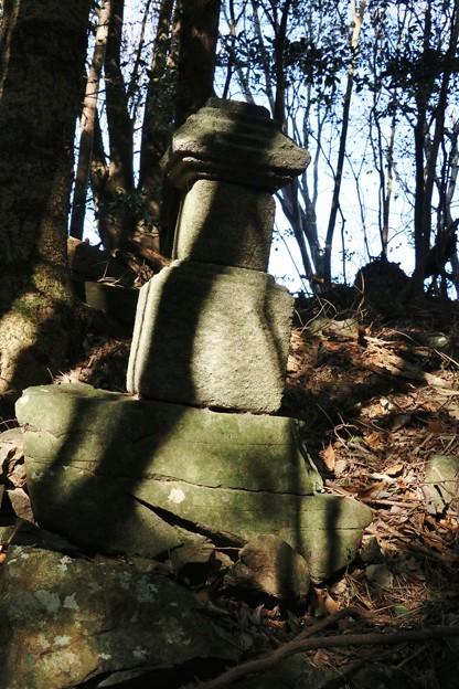 Photos: 富幕山、稚児塚 昔、番教寺の小坊主が鳥にさらわれ死骸がここで発見されたと云われる所・・・