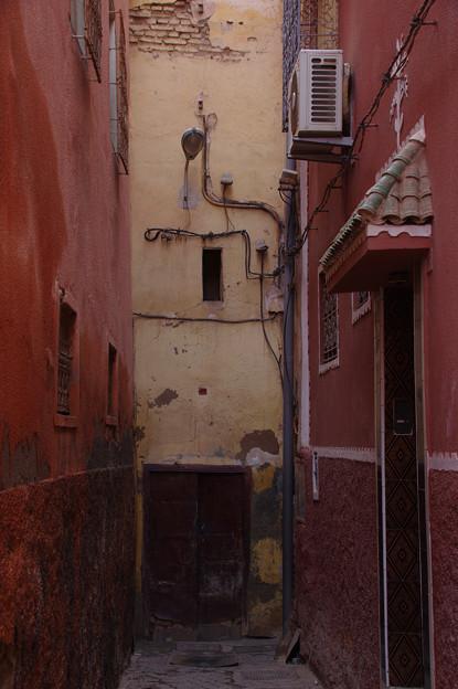 路地奥のドア