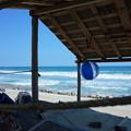 写真: 掘立て小屋とビーチボール