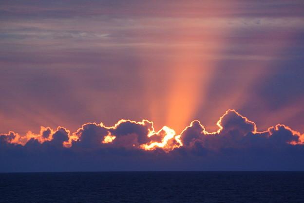 Photos: 洋上の朝陽