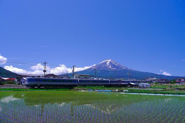 Photos: ホリデー快速富士山1号と富士山