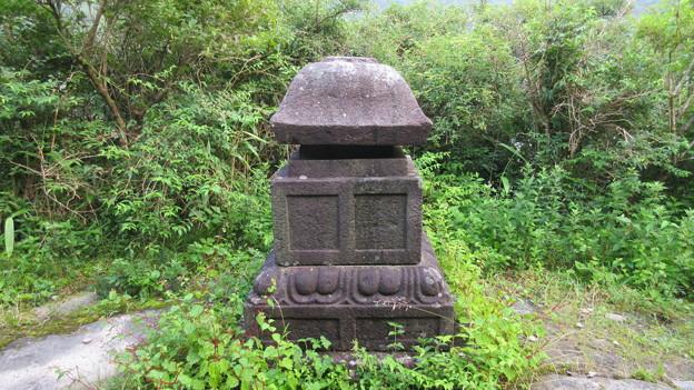 八百比丘尼墓(元箱根石仏群)