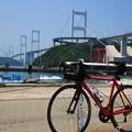 写真: 来島海峡大橋をバックに(2016年5月)