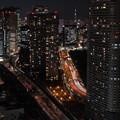 東京夜景 ビルの谷間にスカイツリー