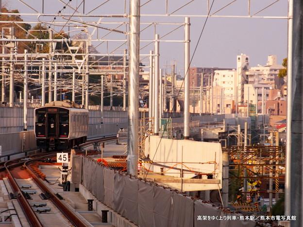 高架をゆく上り列車。