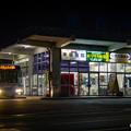 写真: 昭和の雰囲気漂う、夜のバスストップ。