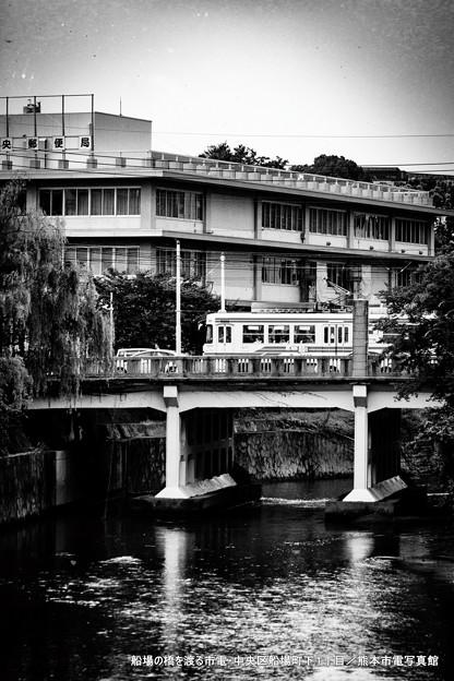 船場の橋を渡る市電。