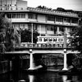 写真: 船場の橋を渡る市電。