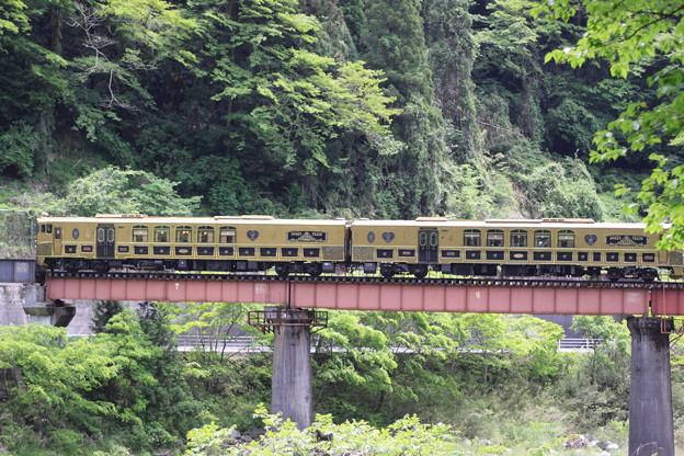 橋りょうを渡る「或る列車」