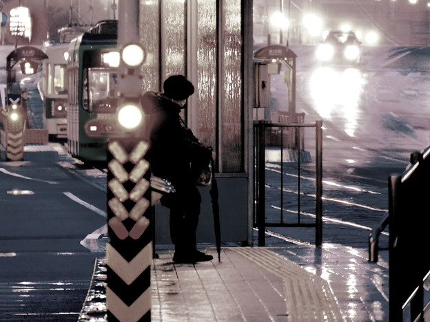 ~「雨の電停~彼女は電車を二両見送った・・」~おはようございます~♪