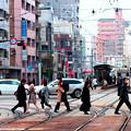 写真: ~信号を渉り通勤する人々~