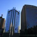 石川県庁舎と石川県警本部(左)