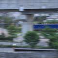 写真: 北陸新幹線 高架橋の下を走る電車
