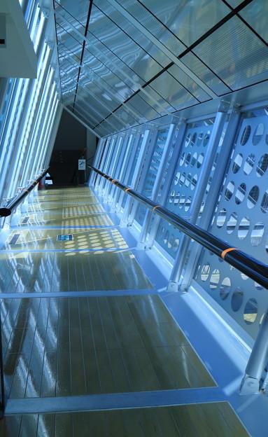 能登島ガラス美術館 廊下  (ガラスのブリッジ)