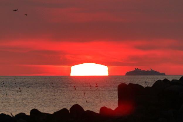 能登の海 変形夕陽と大型客船