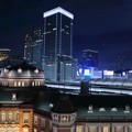 東京駅とビルと満月