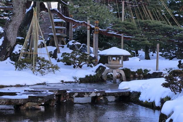 写真: 雪の兼六園 雁行橋