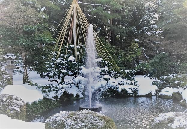 雪の兼六園 噴水