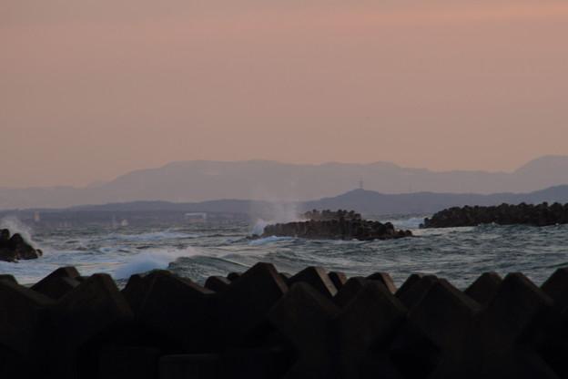 日本海の夕暮れと荒波