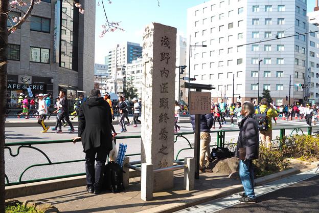写真: 東京マラソン 新橋