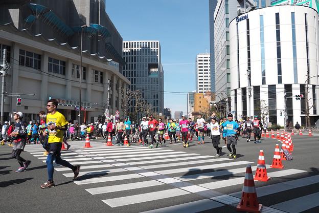 写真: 東京マラソン 田町