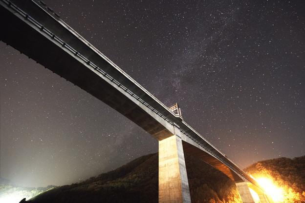 写真: 円山川橋と天の川