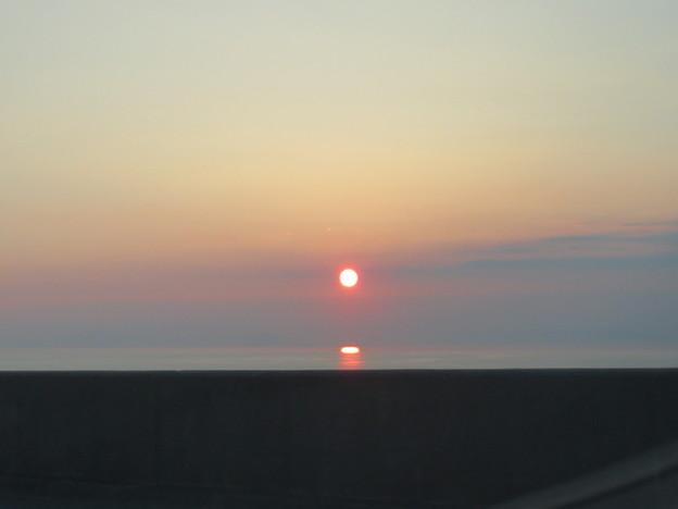 海に浮かぶ夕陽。