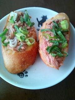 Photos: こちらはパンにマーガリンと西京味噌を塗ってツナとネギをのせました